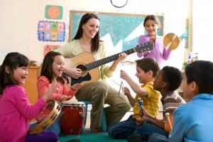 Діти грають на гітарі
